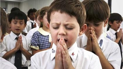 дети молятся в школе
