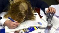 девушка устала готовиться к экзамену