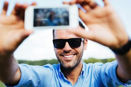 muzhchina delaet selfi - Влюбляем в себя мужчину
