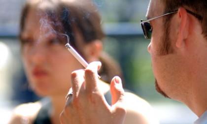мужчина курит перед девушкой