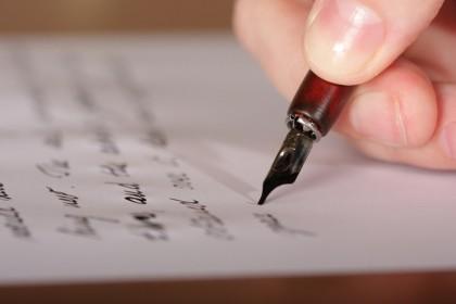 пишет письмо