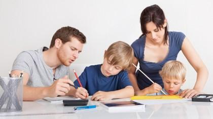 родители помогают делать уроки