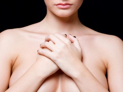 сложила руки на груди