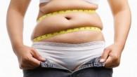 толстая женщина одевает штаны