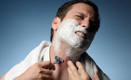 мужчина порезался во время бритья