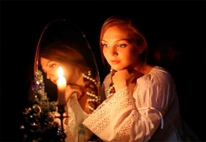 Свеча у девушки между ног фото 2 фотография