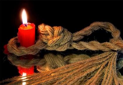 красная свеча и верёвка