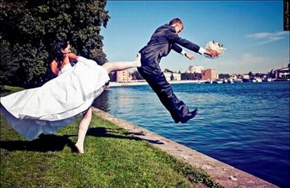 невеста пинает жениха