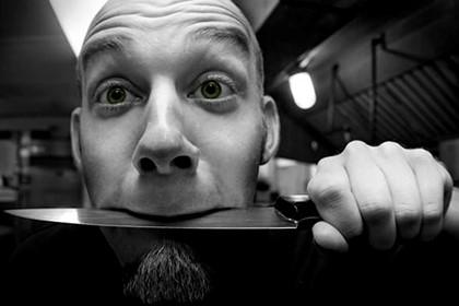 нож в зубах