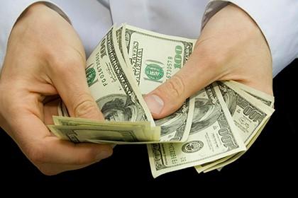 считает доллары