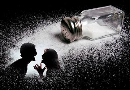 рассыпать соль - к ссоре