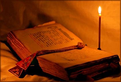 старая книга и свеча