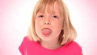 девочка высунула язык