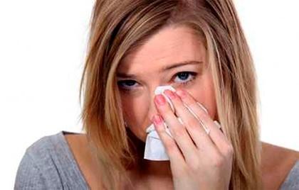 девушка вытирает лицо платком