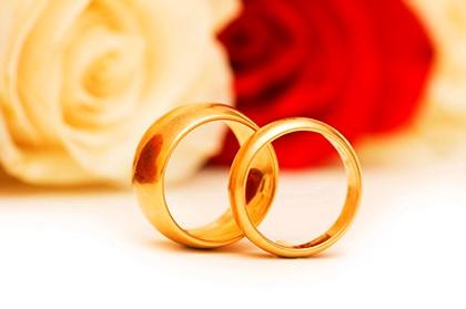 кольца перед цветами