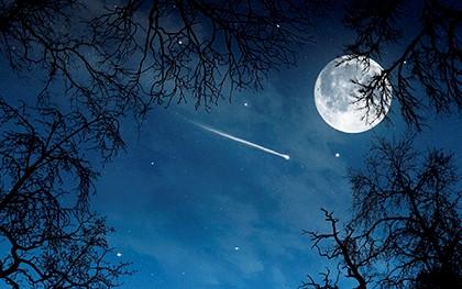 комета рядом с луной