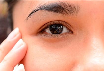 левый глаз брюнетки