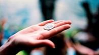 монета на ладони