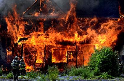 дом охвачен пламенем