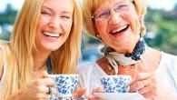 свекровь и невестка пьют чай