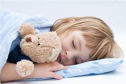 девочка спит с медведем