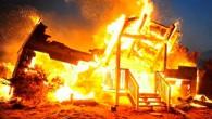 догорает  одноэтажный дом