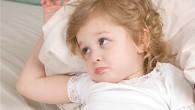 грустная девочка в кровати
