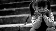 грустная девочка на ступеньках