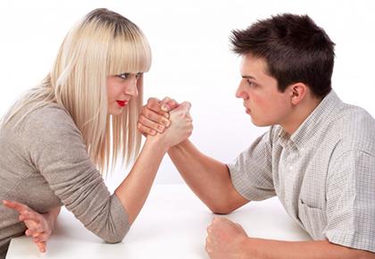 парень и девушка борются на руках