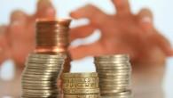рука тянется к деньгам