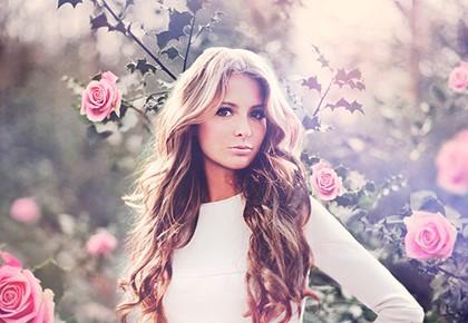 девушка на фоне роз