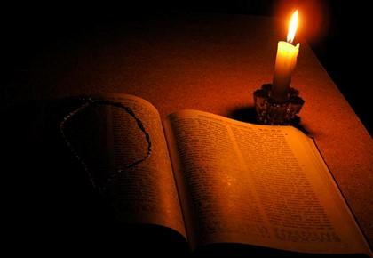 книга и свеча на столе