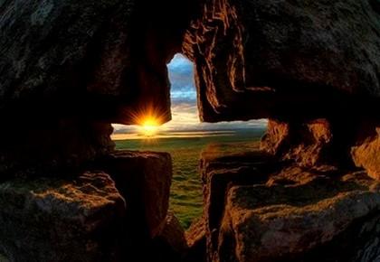 крест высеченный в скале