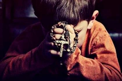 ребенок с крестом в руках