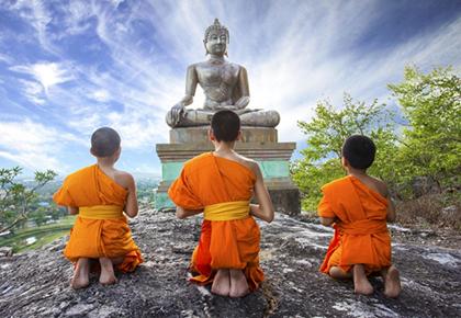 молодые монахи молятся