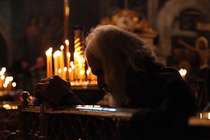 монах молится