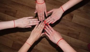 Красная нить на запястье: для чего нужна и как носить