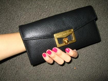 кошелёк в руке
