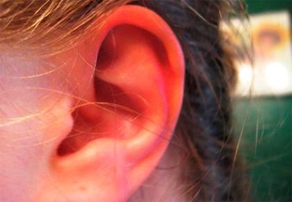 Почему горит левое или правое ухо: приметы