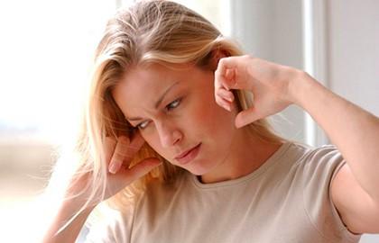 женщина заткнула уши