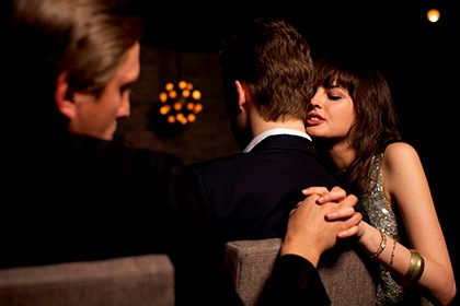изменщица держит за руку любовника