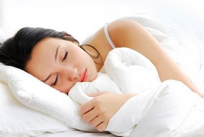 спит обняв одеяло