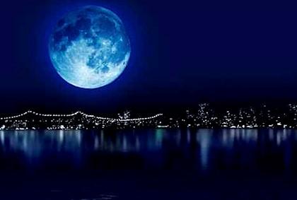 полная Луна над городом