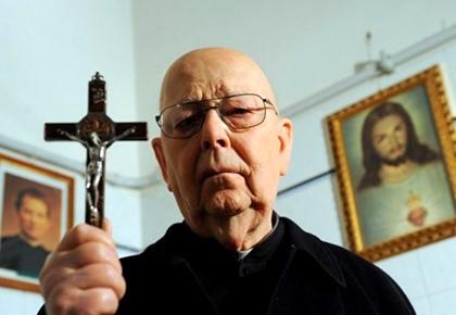 священник с крестом