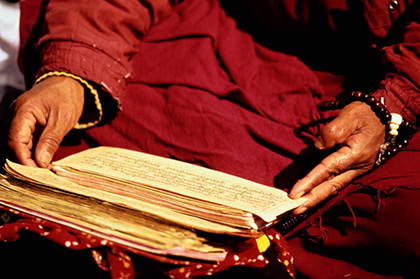 монах читает древнюю рукопись